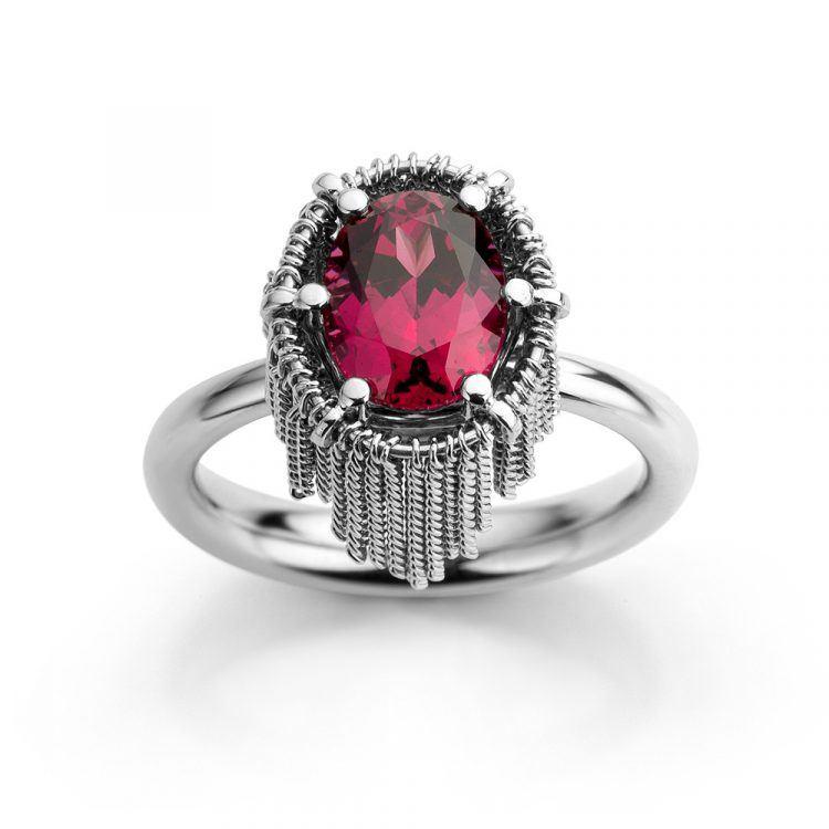 Ring uitgevoerd in platina met rhodoliet uit de collectie Sense of Expression van Hester Vonk Noordegraaf