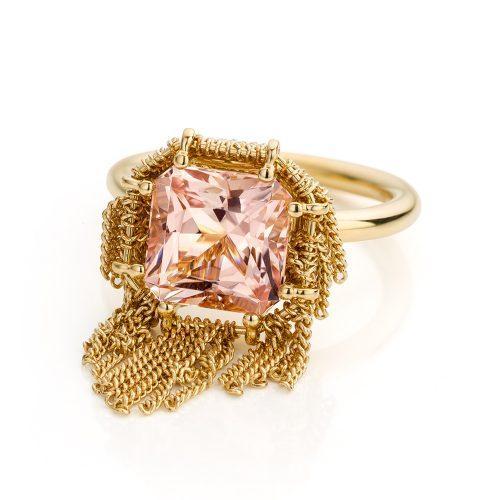 Ring met morganiet uitgevoerd in 18 karaat geelgoud uit de collectie Sense of Expression van Hester Vonk Noordegraaf