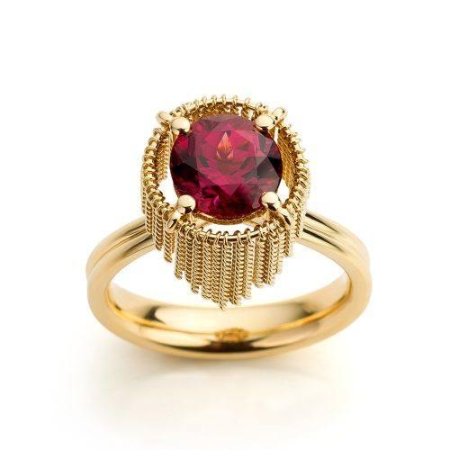 Ring met rhodoliet uitgevoerd in 18 karaat geelgoud uit de collectie Sense of Expression van Hester Vonk Noordegraaf