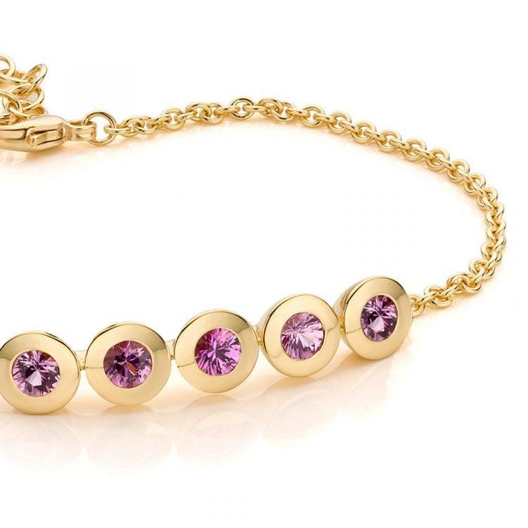 18 karaat geelgouden armband met pink saffier uit de Soft Elegance collectie van Hester Vonk Noordegraaf