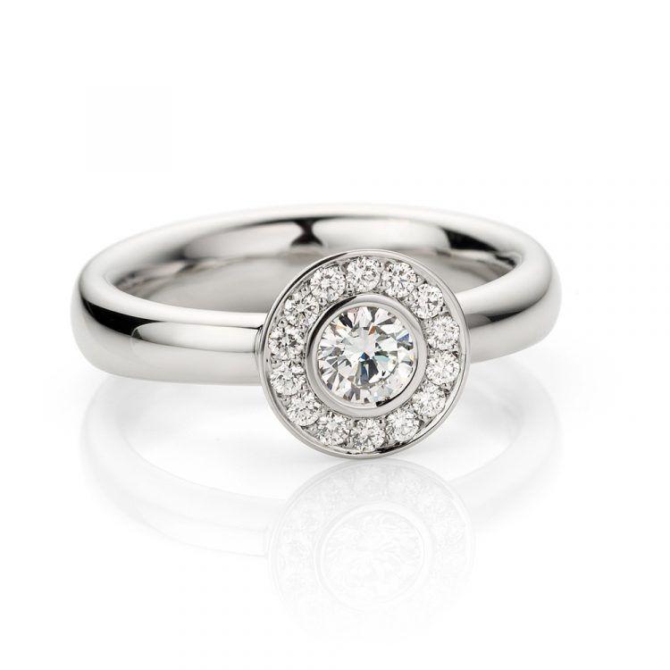 Ring uitgevoerd in platina met diamanten uit de collectie Soft Elegance van Hester Vonk Noordegraaf