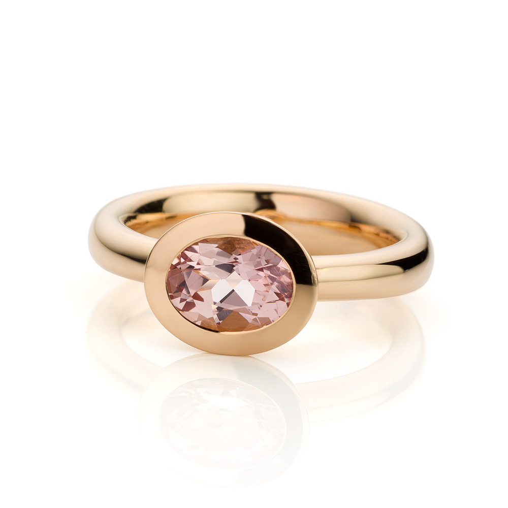 Ring uitgevoerd in 18 karaat roségoud met morganiet uit de collectie Soft Elegance van Hester Vonk Noordegraaf