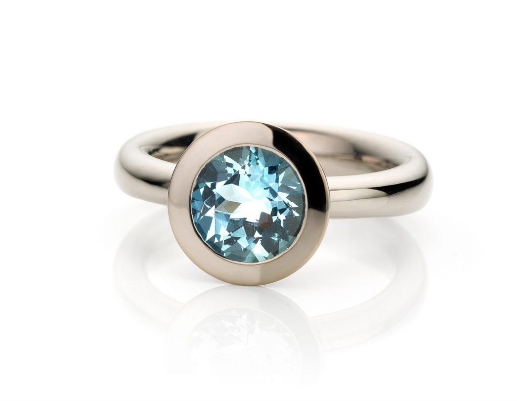 Ring gemaakt van 18 karaat witgoud met aquamarijn uit de serie Soft Elegance van Hester Vonk Noordegraaf