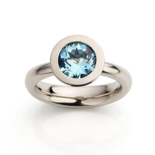 Ring uitgevoerd in 18 karaat witgoud met aquamarijn uit de collectie Soft Elegance van Hester Vonk Noordegraaf
