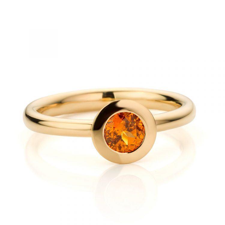 18 karaat geelgouden ring met mandarijn granaat uit de Soft Elegance collectie van Hester Vonk Noordegraaf