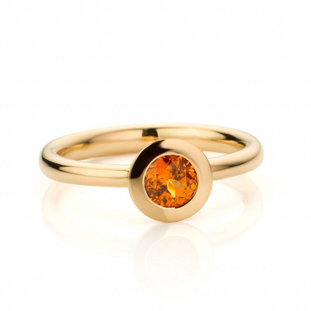 Ring uitgevoerd in 18 karaat geelgoud met mandarijn granaat uit de collectie Soft Elegance van Hester Vonk Noordegraaf