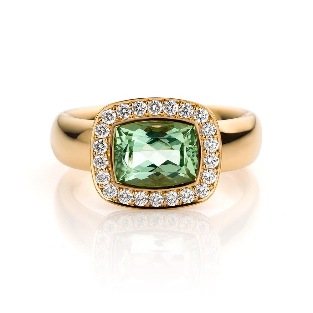 Ring gemaakt van 18 karaat roségoud met groene beryll en diamanten uit de serie Soft Elegance van Hester Vonk Noordegraaf