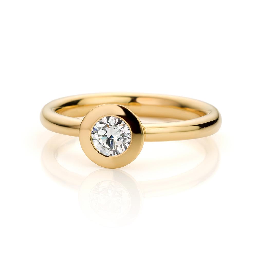 Ring uitgevoerd in 18 karaat geelgoud met diamant uit de collectie Soft Elegance van Hester Vonk Noordegraaf