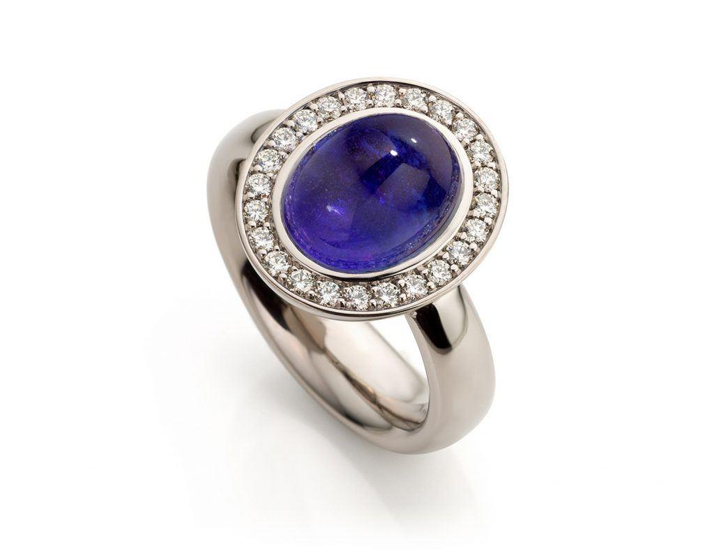 Ring uitgevoerd in 18 karaat witgoud met tanzaniet en diamanten uit de collectie Soft Elegance van Hester Vonk Noordegraaf