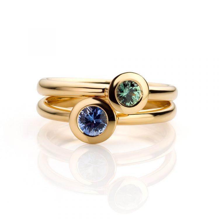 Ringen uitgevoerd in 18 karaat geelgoud met groene en blauwe saffier uit de collectie Soft Elegance van Hester Vonk Noordegraaf