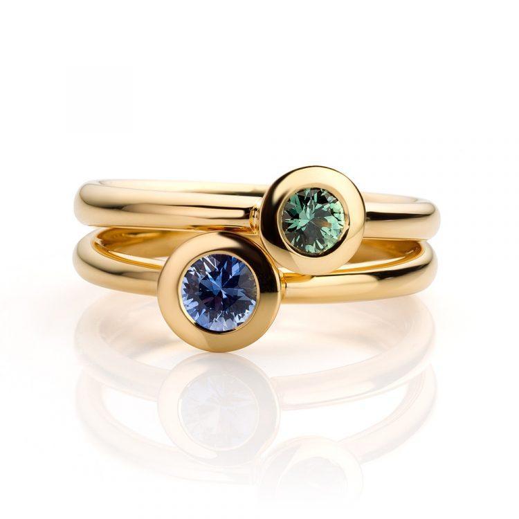 Ringen gemaakt van 18 karaat geelgoud met groene en blauwe saffier uit de serie Soft Elegance van Hester Vonk Noordegraaf