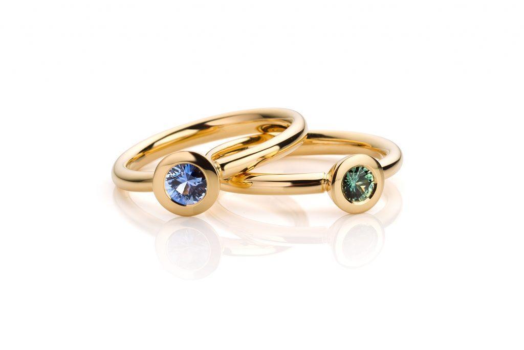 18 karaat geelgouden ringen met groene en blauwe saffier uit de Soft Elegance collectie van Hester Vonk Noordegraaf