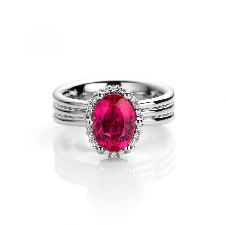 Ring gemaakt van platina met rubelliet en diamant uit de Unexpected Sparkle collectie van Hester Vonk Noordegraaf
