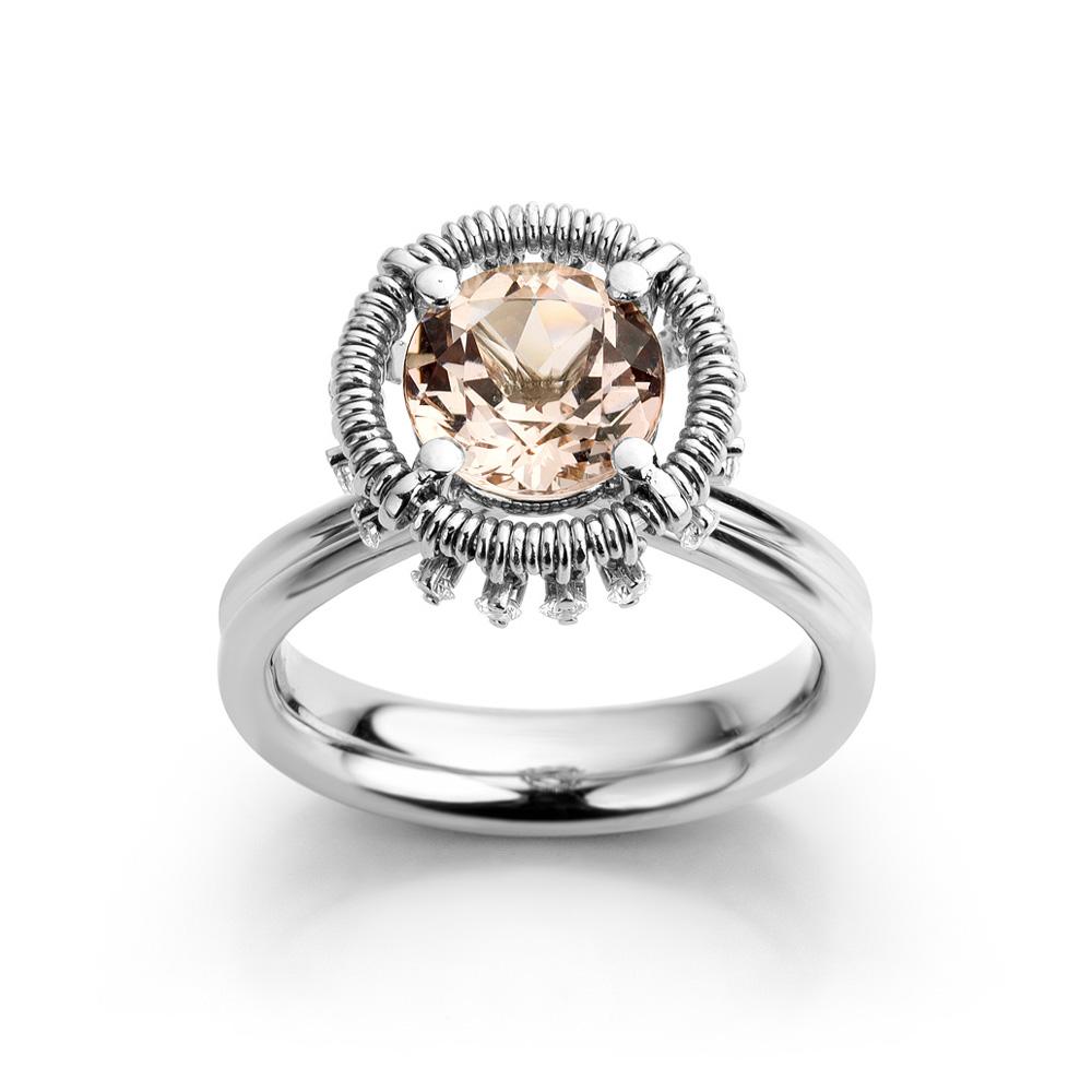 Ring uitgevoerd in platina met morganiet en diamant uit de collectie Unexpected Sparkle van Hester Vonk Noordegraaf