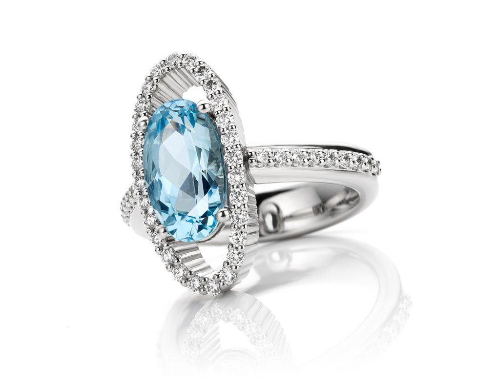Ring uitgevoerd in platina met aquamarijn en diamant uit de collectie Unexpected Sparkle van Hester Vonk Noordegraaf