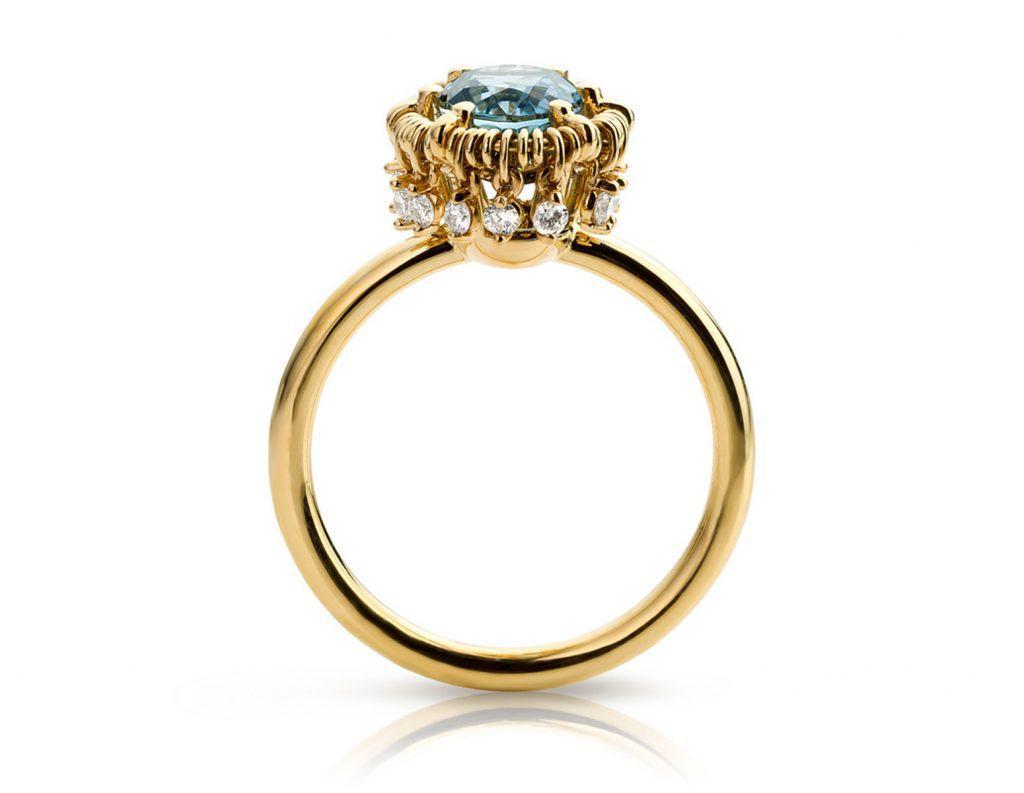 Ring uitgevoerd in 18 karaat geelgoud met aquamarijn en diamanten uit de collectie Unexpected Sparkle van Hester Vonk Noordegraaf